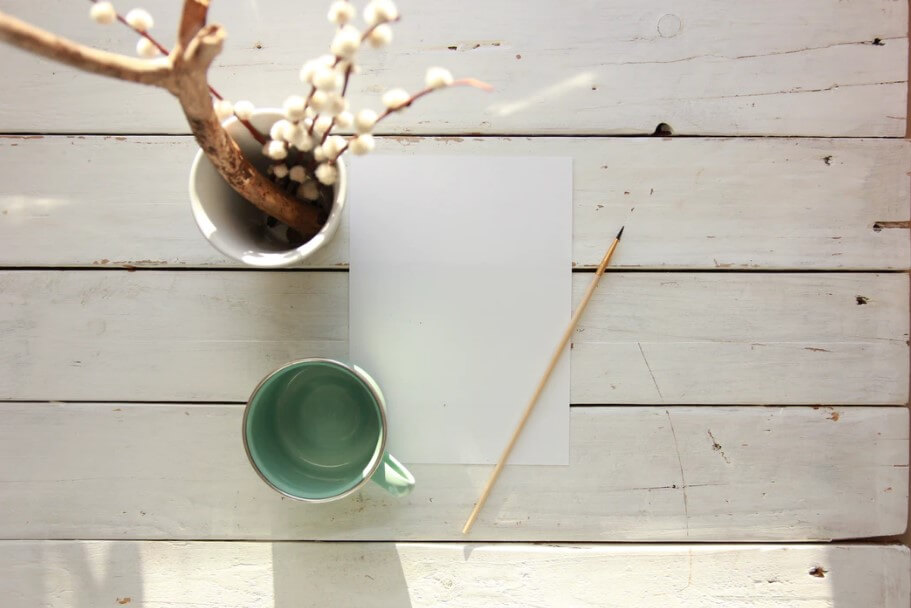 白いテーブルと白紙のページ